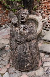 Kętrzyńska rzeźba na dziedzińcu zamku #2