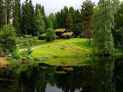 48_ Opplandmuseum alter Häuser - Häuser am See mit Wasserspiegelung im Schwarzen Wasser Lillehamme