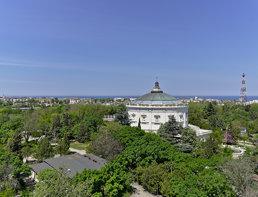 Вид на здание панорамы с колеса обозрения