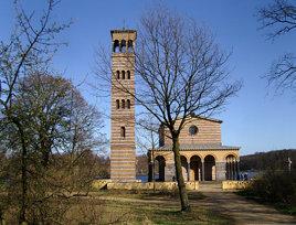 Die Sacrower Heilandskirche mit ihrem Campanile ...