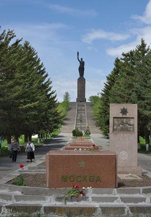 het standbeeld van Moeder Armenië, een kopie van het standbeeld in Yerevan. In zicht het zwarte fort