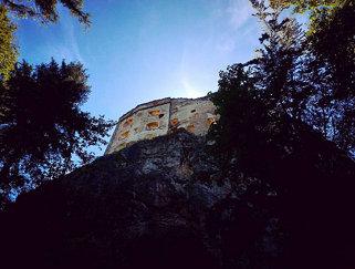 Zaujímava zrúcanina hradu na kopci nad obcou Likavka,  ktorého hlavnou úlohou bolo strážiť dôležitú
