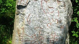 Рунические камни U 410 и U 411, Норртиль>