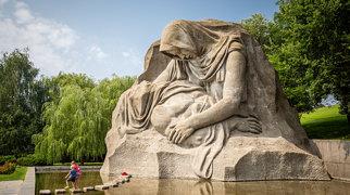 Монумент «Скорбящая мать»>