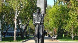 """Памятник Ф.М. Достоевскому """"Крест несущий"""">"""