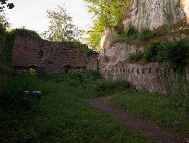 alte Mauer neben dem Fels