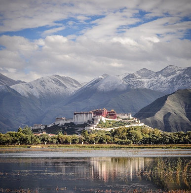 Snow-capped mountains around Potala. 布達拉宮四周雪山已見白雪。