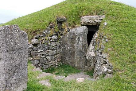 Bryn Celli Ddu Burial Chamber (3000 BC), Nr. Llanddaniel Fab, Holy Island (507305)