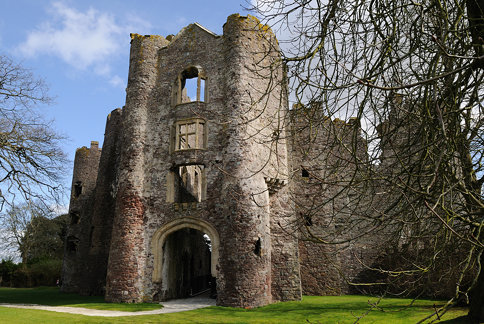 204-20100404_Carmarthenshire-Laugharne Castle-the Inner Gatehouse from the Outer Ward