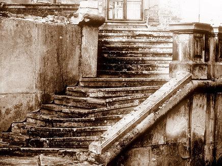 Old steps in Guzow palace // Schody w palacu w Guzowie