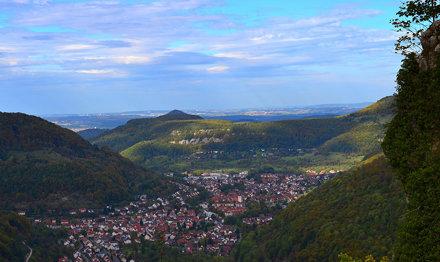 Fernblick (60km) über Honau und Unterhausen und der Achalm bei Reutlingen  bis zum Fernsehturm Stutt