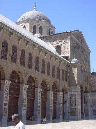 Damaskus, Omayadenmoschee, Ansichten vom Moscheehof mit weissem Marmor und Arkaden und dem Glockenha