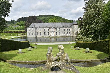 Statues dominant les fontaines et le château de Rouillons