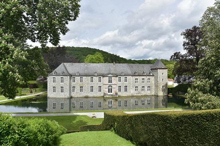 Le château de Rouillons et ses douves dans un cadre champêtre