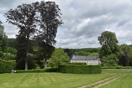 Pelouse au sommet des jardins vers la château de Rouillons