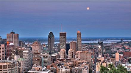 Montréal under a rising moon