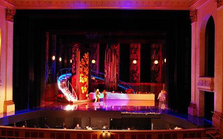 """Bühnenbild der Operette """"Die Fledermaus"""" in der Staatsoper Unter den Linden, Berlin"""