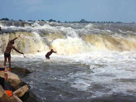 Pescadores wagenia en las cascadas.   Kisangani. RD Congo