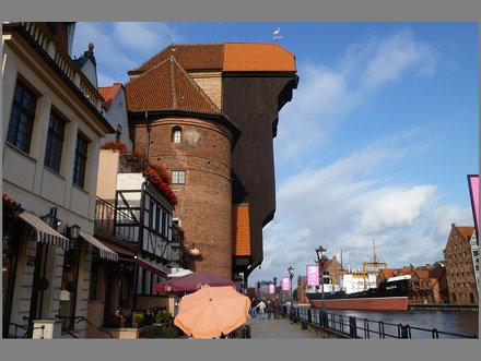 A Żuraw (Nagy Daru) 15. századi épülete a Motławą partján található