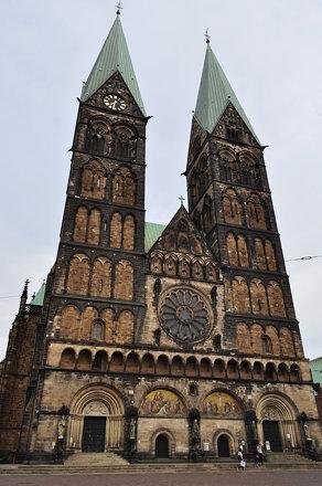 Façade occidentale, cathédrale St Pierre (XIe au XIXe), Rathausplatz, Brême, Allemagne.