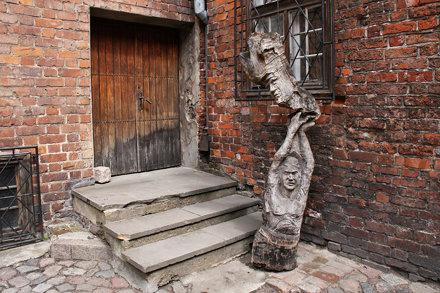Kętrzyńska rzeźba na dziedzińcu zamku #1