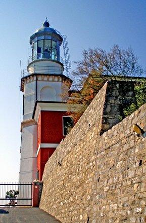 Capo Mele      Il Faro Rosso in strada