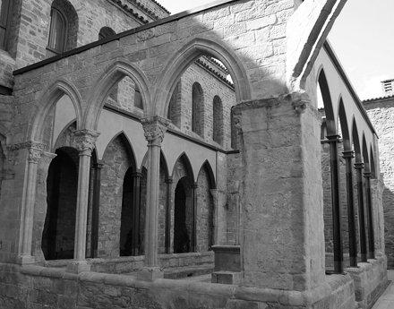 Cardona castell. claustre reformat en diferents segles