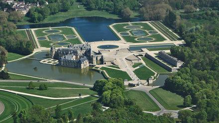 Vue aérienne du Château de Chantilly et du jardin Français (XVIIe) de Le Nôtre