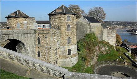 Le pont St-André, la tour au four, la tour aux chartes, la forge, les remparts et la tour à la Citer