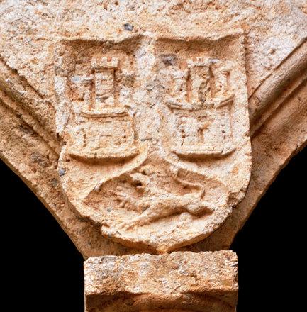 Ciudad Rodrigo (Salamanca). Palacio de los Águila. Patio. Arquería. Armas de Enríquez