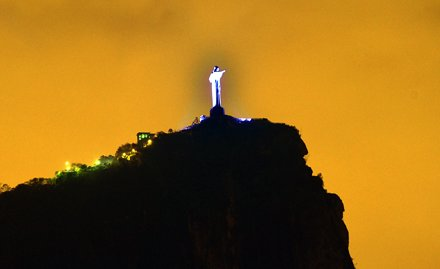 Cristo Redentor recebe luz azul para lembrar luta contra câncer de próstata