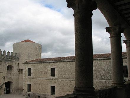 Patio de Armas. Al fondo la Torre del Homenaje