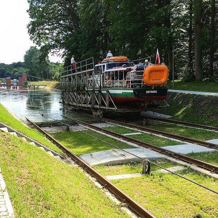 Gøy å kjøre kanalbåt på Elblag Kanal, - båten går like godt til vanns som til lands. ????