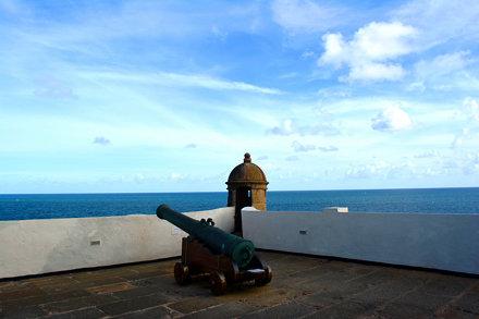 Canhão, muralha e torre de vigia do Forte de Santo Antonio da Barra em Salvador