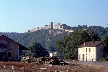 BESANCON: La Citadelle depuis la gare de la Mouillère.