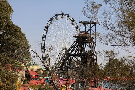 Riesenrad und altes Fördergerüst eines Goldbergwerks im Gold Reef City Theme Park