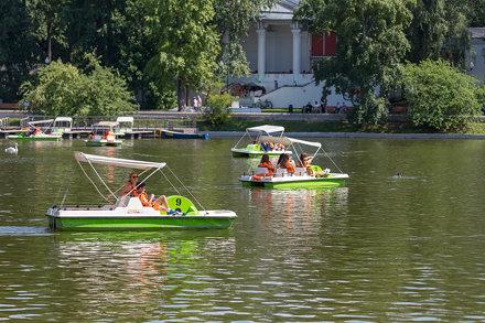 Menschen in Tretbooten genießen das schöne Wetter im Gorki-Park