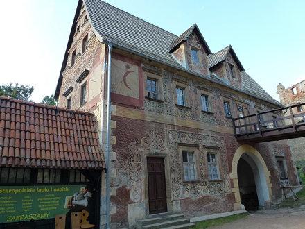 Budynek bramny zamku Grodno w Zagórzu Śląskim od strony dziedzińca