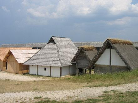 Groupe de 5 maisons reconstruites à l'identique