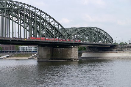 Very short DB RE train crossing the Hohenzollern bridge
