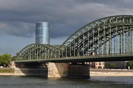 Pont Hohenzollern (1907-1911) et Tour Triangle (2006), Cologne, Rhénanie du Nord-Westphalie, Allemag