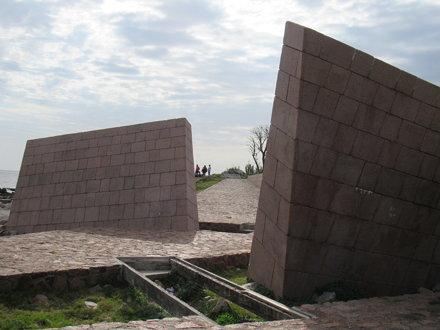 Memorial del Holocausto del Pueblo Judío, km 5,5, Rambla Presidente Wilson, Montevidéu, Uruguay.