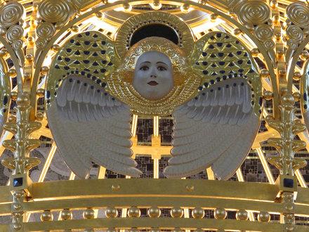 Détail de la couronne surmontant l'autel