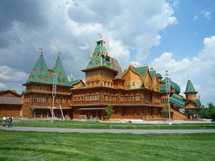 Palast auf der grünen Wiese