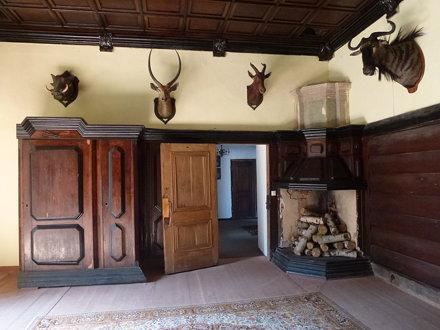 Wnętrze salonu myśliwskiego zamku w Krasiczynie z kominkiem