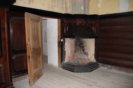 Kominek w saloniku myśliwskim na zamku w Krasiczynie