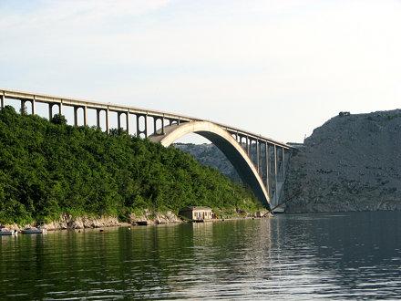 Dubno Bay: ponte per l'isola di Krk