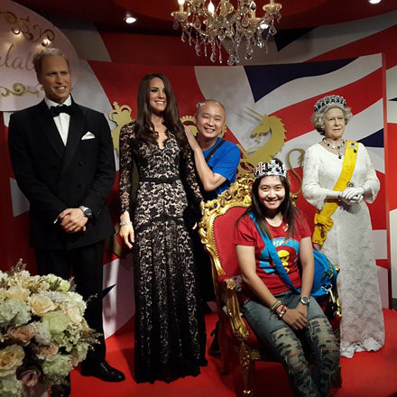 Akhirnya bisa foto bareng pangeran William, lady Catherine, dan queen Elizabeth :p #prince #lady #qu