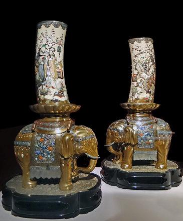 Vases en défenses d'éléphants (musée Guimet, Paris)
