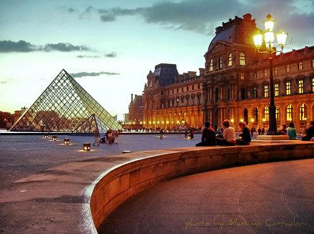 il sole tramonta in piazza del Louvre di Parigi